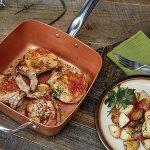 Cocotte innovante 4 en 1, en cuivre et céramique très résistante - Adaptée comme wok, casserole, plat à four et friteuse- Avec lot de 4 accessoires - Couvercle en verre trempé, panier pour frire et plateau pour cuisine à la vapeur ou au gril inclus - Ada image 4 produit